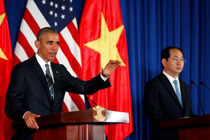 Chủ tịch nước và Tổng thống Mỹ (trái) tại cuộc họp báo quốc tế trưa 23-5. Ảnh: Reuters