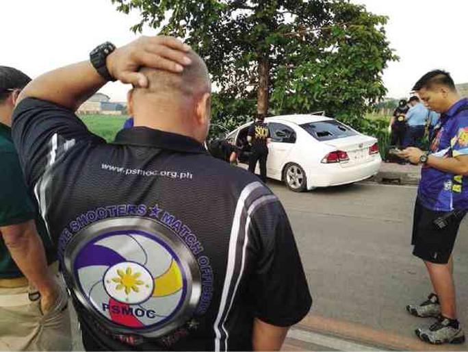 Cảnh sát lục soát chiếc xe của Meco Tan sau cuộc đọ súng. Ảnh: Inquirer