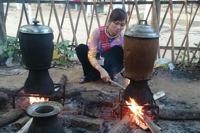 Chế biến cá nướng và xôi ngũ sắc của người Thái đến từ Yên Bái