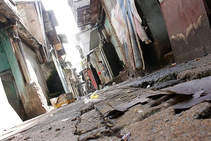 Một góc chung cư Ngô Gia Tự xập xệ, tạm bợ và dơ bẩn.