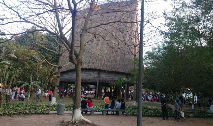 Mặc dù đông khách nhưng không gian rộng và nhiều cây cối của Bảo tàng vẫn đem lại cảm giác dễ chịu cho khách tham quan