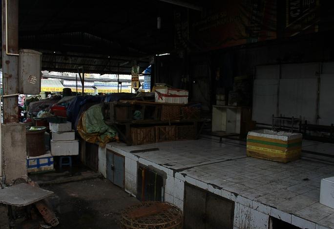 Trung tâm chợ không một bóng người buôn bán, cảnh tượng như một ngôi chợ để hoang lâu năm