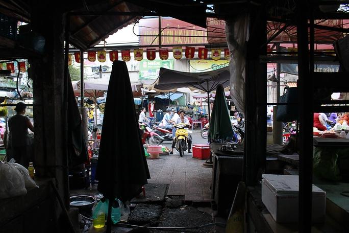 Đường Bùi Hữu Nghĩa tấp nập người mua kẻ bán, đối lập hoàn toàn với bên trong chợ Bà Chiểu