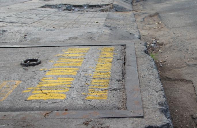 Một nắp hầm ga sau khi được tô xong