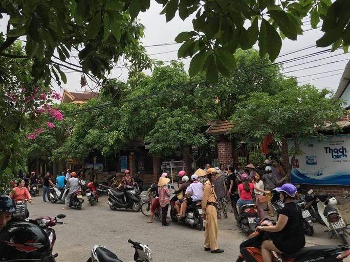 Người dân tụ tập trước quán cà phê Tiếng Xưa để ghe ngóng vụ việc