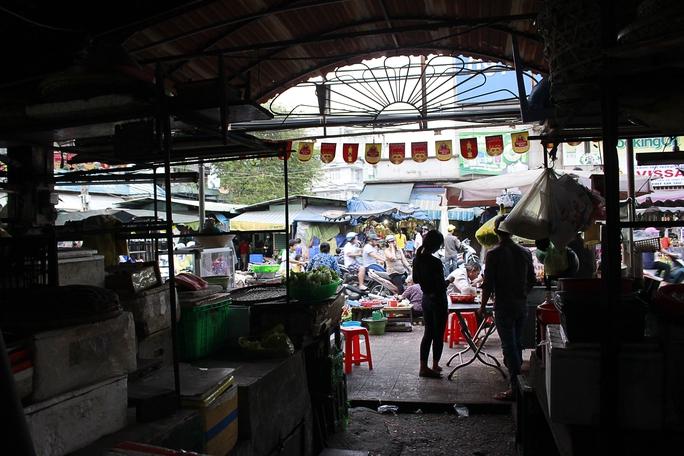 Cảnh trong chợ hoang tàn, đìu hiu là vậy nhưng những con đường quanh chợ lại buôn bán tấp nập và nhộn nhịp
