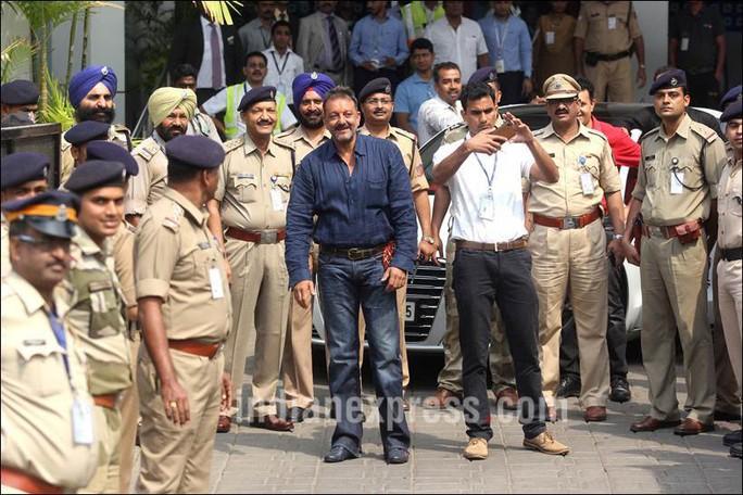 Sanjay Dutt, 56 tuổi (áo xanh) vui mừng được tự do