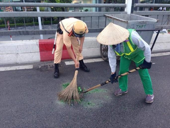 CSGT cùng công nhân môi trường đô thị thu dọn hiện trường vụ tai nạn dưới trời nắng nóng 40 độ C