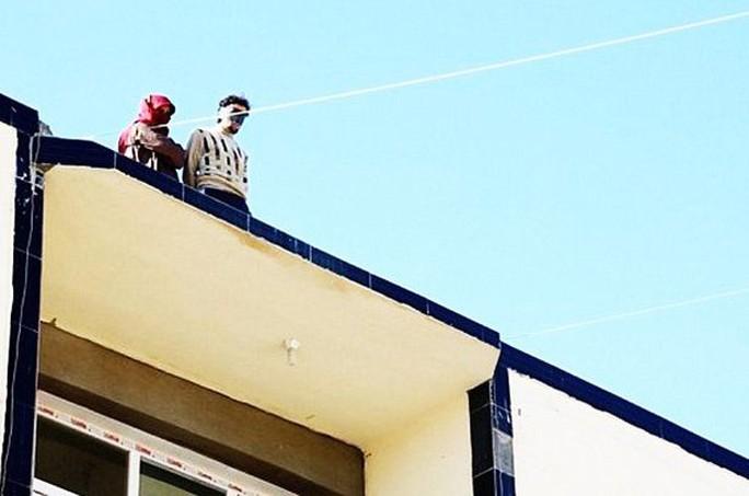 IS đẩy người đồng tính từ mái nhà, bắt cóc 400 dân thường