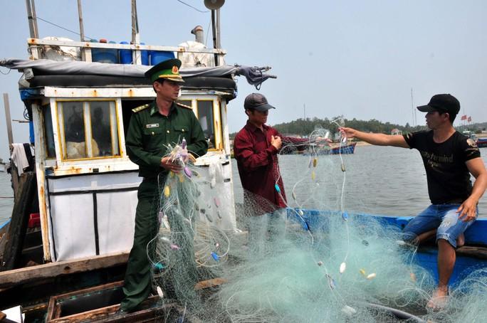 Nhiều tấm lưới bị lính trên tàu Trung Quốc phá hỏng. Ảnh: T.Trực