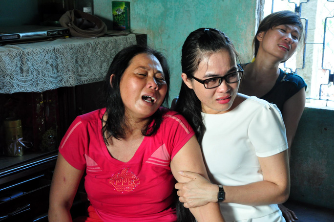 Người thân em Nguyễn Minh Hoàng khóc ngất