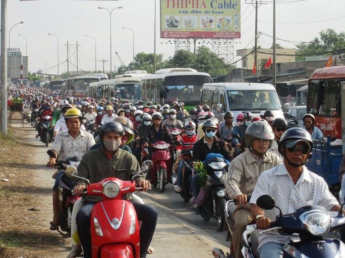Một số người chọn xe máy làm phương tiện về quê, đi chơi khiến các tuyến đường như Quốc lộ 1, đoạn qua vòng xoay An Lạc (quận Bình Tân), cầu Bình Điền (huyện Bình Chánh), đường Kinh Dương Vương (quận Bình Tân)… bị ùn ứ trong giờ cao điểm chiều tối 15-4 và sáng 16-4