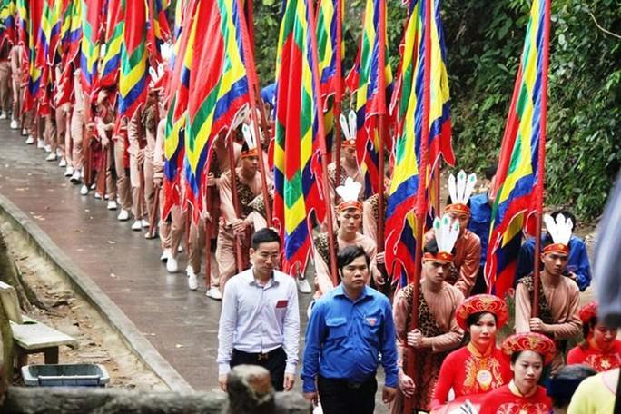 """100 thanh niên rước cờ hội tượng trưng cho hình ảnh """"Con Rồng, cháu Tiên"""" thể hiện cội nguồn dân tộc"""