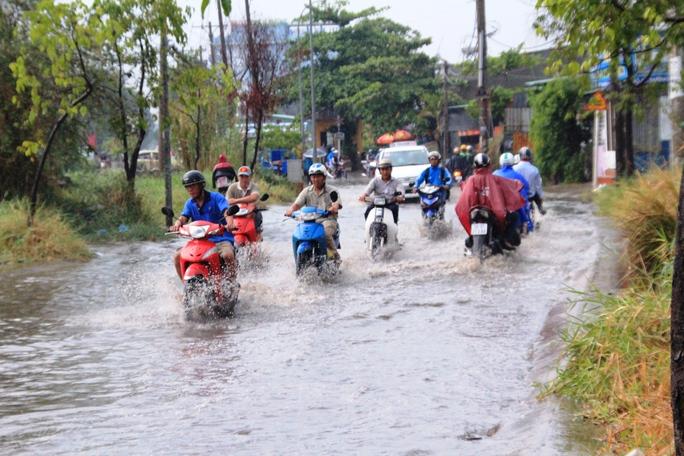 Đường Linh Đông (quận Thủ Đức) cũng bị ngập sâu sau cơn mưa lớn