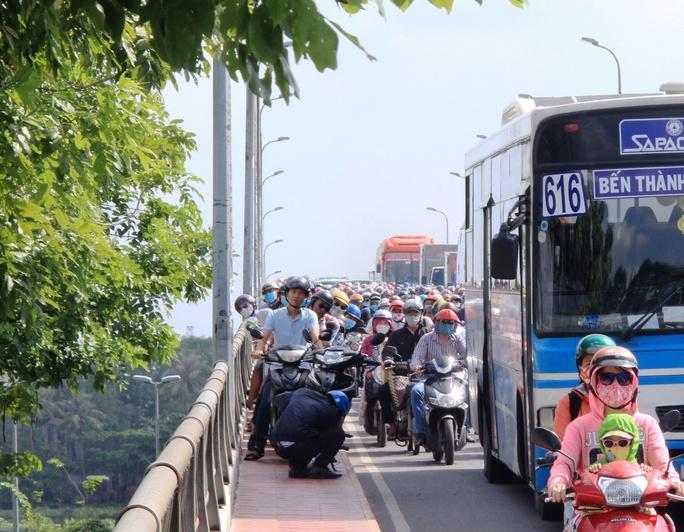 Một người đàn ông leo lên hành lang cầu Bình Triệu 2 nhưng bất ngờ xe bị sự cố