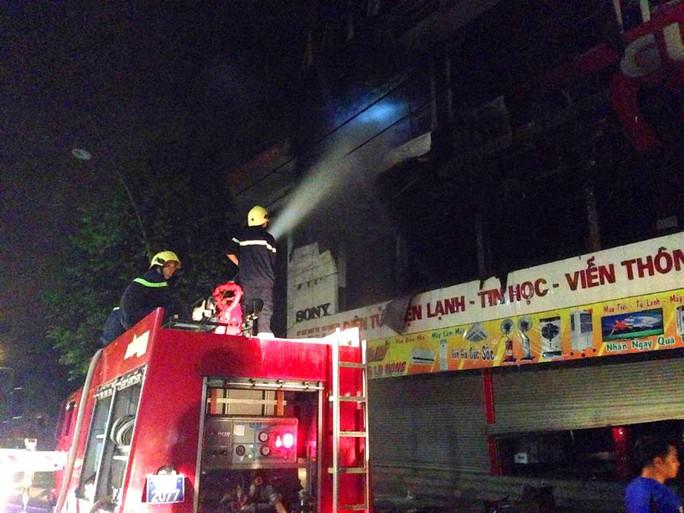 Huy động thêm xe chữa cháy đến hiện trường