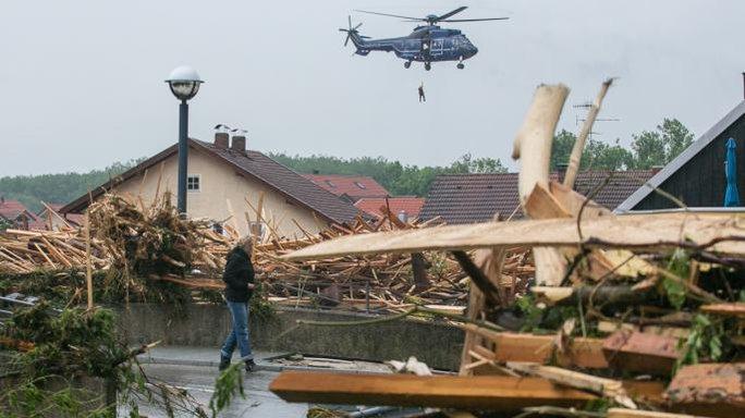 Trực thăng và lực lượng cứu hộ ở thị trấn Simbach. Ảnh: DPA, EPA