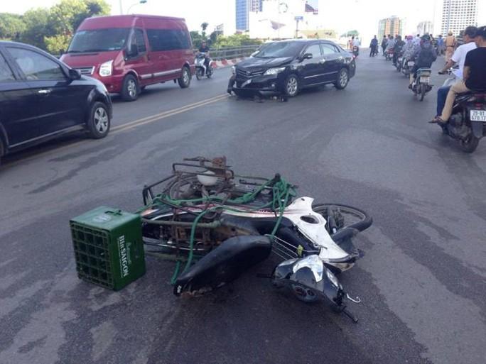 Trong số xe máy bị tông có một xe chở bia