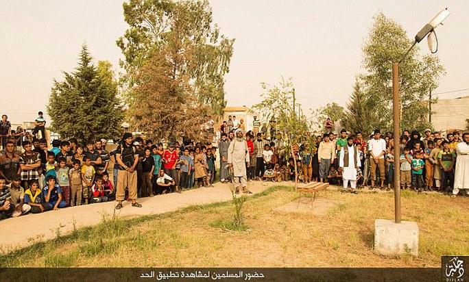 Một đám đông bao gồm cả trẻ em tập trung ở bờ sông Tigris. Ảnh: DAILY MAIL