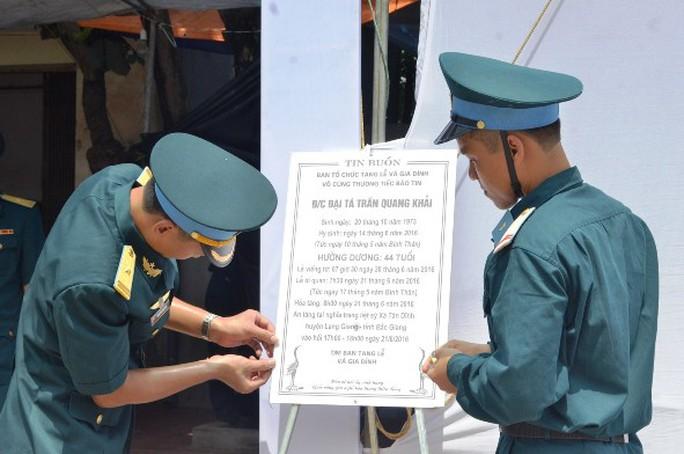 Các quân nhân chuẩn bị làm lễ viếng cho người đồng đội