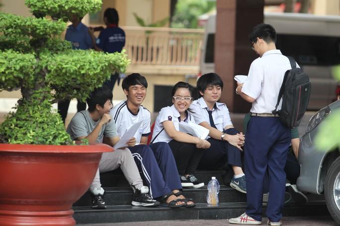 Thí sinh tranh thủ ôn bài tại điểm thi Trường ĐH Khoa học Xã hội và Nhân văn. Ảnh: Hoàng Triều