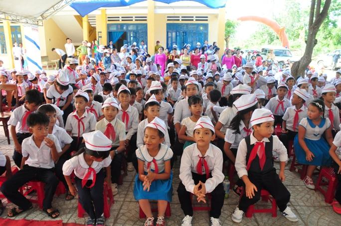 Các học sinh Trường tiểu học số 1 Bình Châu vui mừng được học ngôi trường mới khang trang