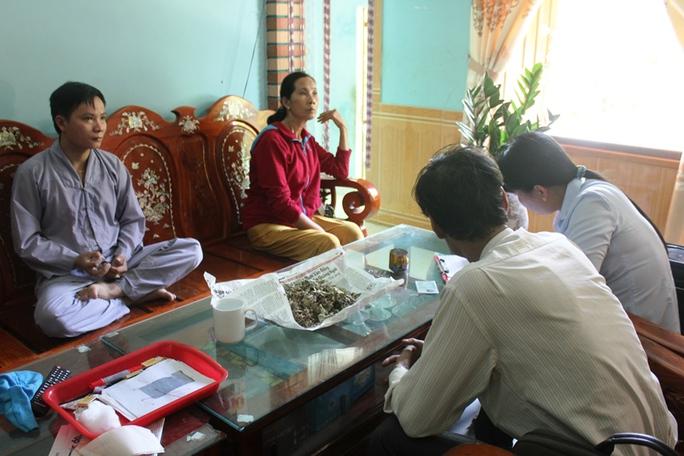 Cơ quan chức năng lập biên bản sự việc với thầy lang Nguyễn Văn Phương (ngồi xếp bằng bên trái).