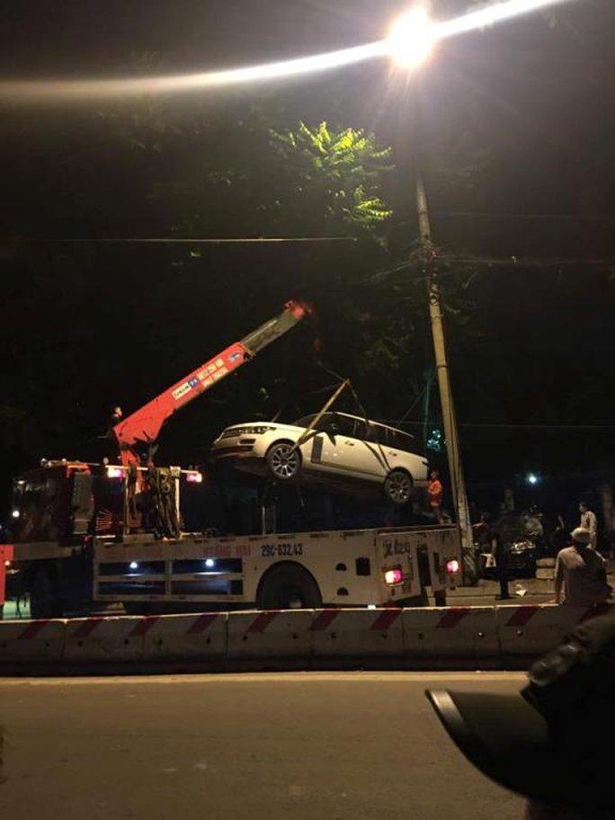 Chiếc xe hạng sang Range Rover được cẩu khỏi hiện trường để giải quyết hậu quả vụ tai nạn - Ảnh: Otofun
