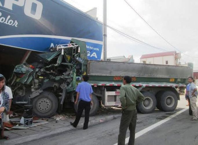 Hiện trường xảy ra vụ tai nạn khiến cả tài xế và phụ xe nhập viện
