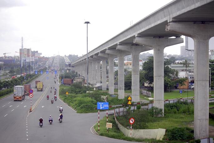Tuyến metro số 1 (Bến Thành - Suối Tiên) là tuyến metro đầu tiên được xây dựng ở Sài Gòn với chiều dài 19,7 km, tổng vốn đầu tư ban đầu hơn 2,49 tỷ USD. Hình hài tuyến metro đầu tiên của TP HCM đang hiện rõ từng ngày.