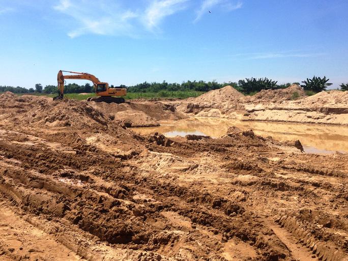 Khai thác cát sát đất sản xuất của người dân, tạo thành những hố sâu