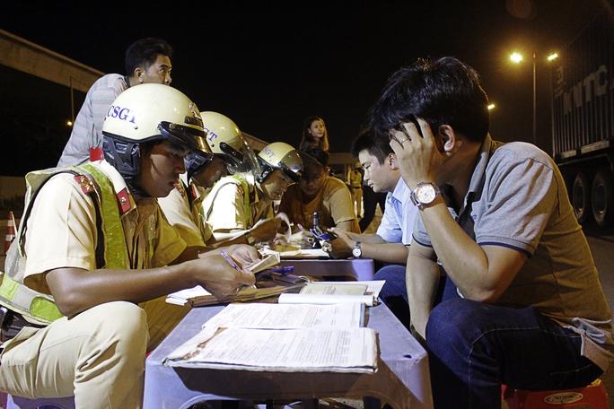Những tài xế vi phạm nồng độ cồn khi lưu thông sẽ được lực lượng cảnh sát giao thông lập biên bản tại chỗ. Nhiều tài xế hối tiếc cho rằng mình lỡ uống hai chai bia để rồi phải chịu mức phạt nặng.