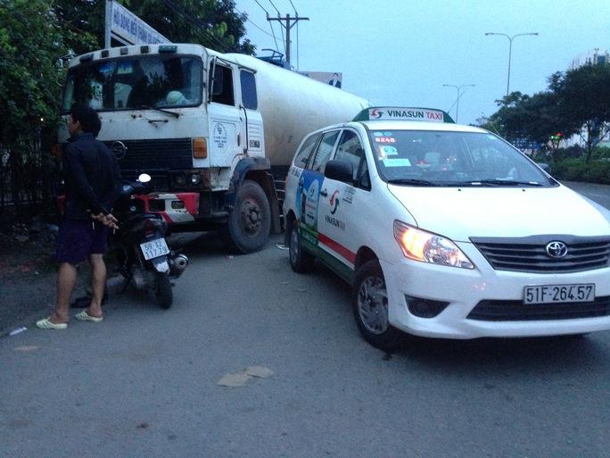 Tài xế xe bồn cho biết phương tiện này bị mất thắng khi đang đổ dốc cầu vượt Sóng Thần rồi dẫn đến vụ tai nạn trên