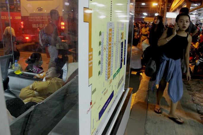 Những người tới sau, không kịp mua vé lo lắng gọi điện cho người thân.