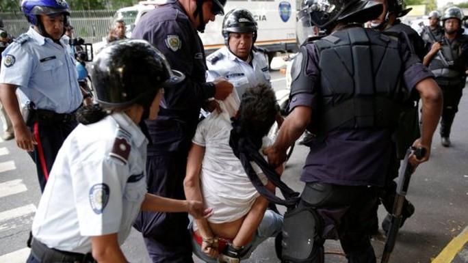 Một số kẻ quá khích bị bắt. Ảnh: REUTERS