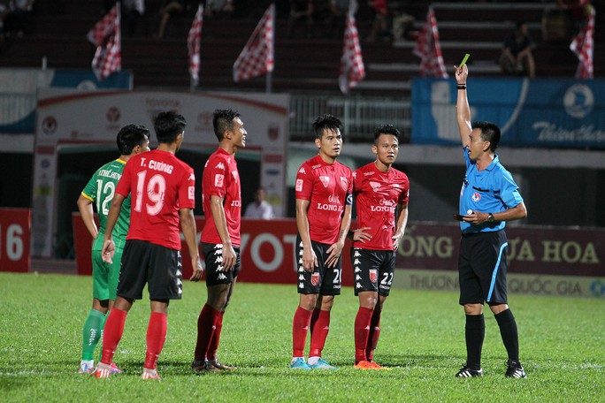 Dưới sân các cầu thủ cũng thi đấu hết sức mình, trọng tài phải phạt thẻ vàng để hạ nhiệt cho hai đội