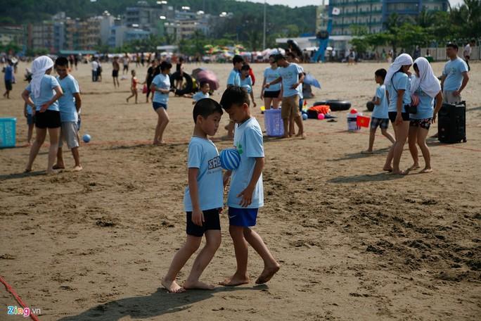 Đông đảo các gia đình, nhóm bạn trẻ, cơ quan đoàn thể tổ chức đi nghỉ mát nhân dịp này. Trong ảnh, một nhóm du khách chơi trò chơi gia đình.