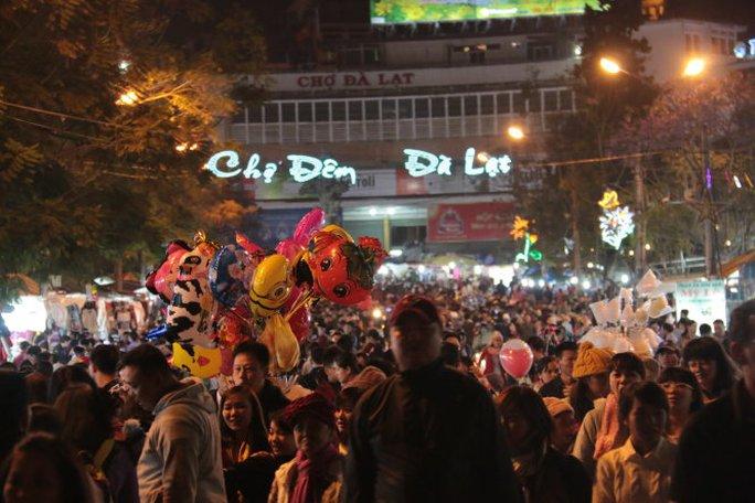 Khách đông, chợ đêm Đà Lạt chen chúc như chợ ngày thường - Ảnh: Tiến Long