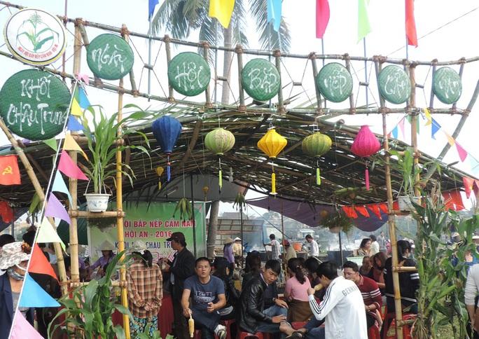 Các gian hàng do chính các khu dân cư trong phường tự tổ chức được đông đảo du khách tham quan thưởng lãm