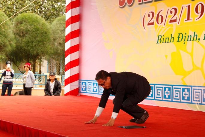 Giáo sư Roh Hwa Wook, Chủ tịch Ủy ban xúc tiến thành lập Quỹ Hòa bình Hàn-Việt quỳ xuống xin lỗi đến thân nhân của người dân vô tội trong vụ thảm sát