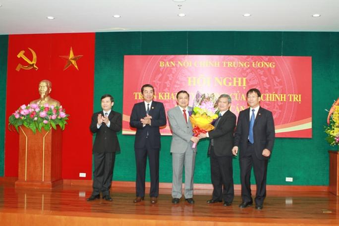 Các lãnh đạo Ban Nội chính Trung ương tặng hoa chúc mừng tân Trưởng Ban