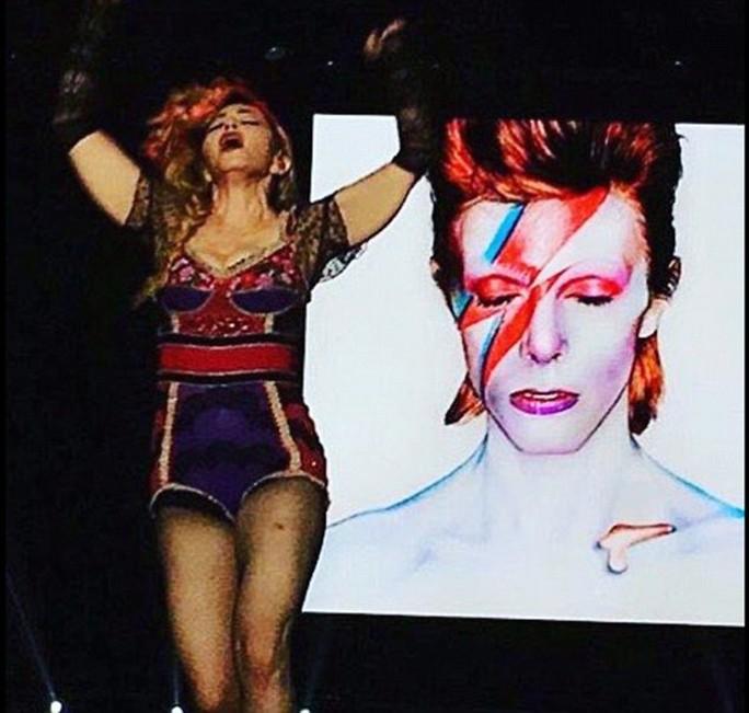 """Madonna """"quằn quại"""" trên sân khấu, tưởng niệm David Bowie"""