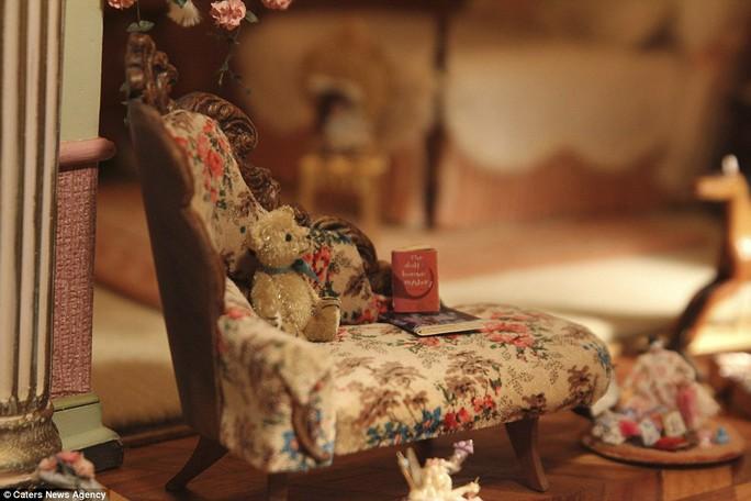 Ghế sofa đọc sách cùng chú gấu nhồi bông nhỏ. Ảnh: Caters New Agency