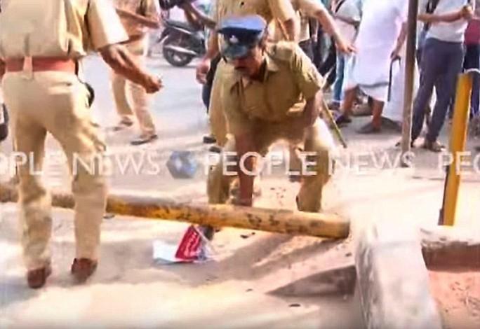 Cảnh sát Ấn Độ dọn dẹp hiện trường
