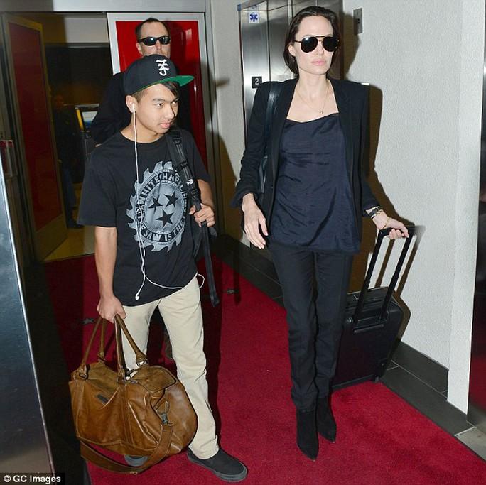Angelina và con trai cả Maddox
