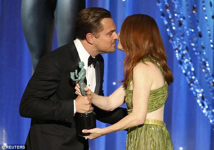 Leonardo nhận giải thưởng từ Julianne Moore