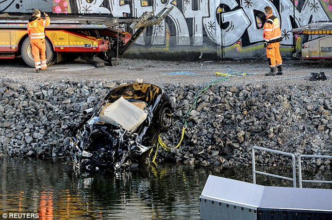 Họ rơi từ cầu xuống kênh, tử nạn