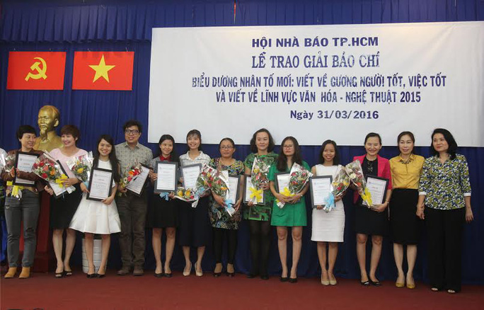 Nhóm phóng viên Báo Người Lao Động nhận giải ba cùng các đồng nghiệp. Ảnh: Hoàng Triều