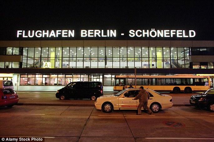 Máy bay sau đó đã hạ cánh tại sân bay Schoenefeld ở Berlin - Đức. Ảnh: Alamy