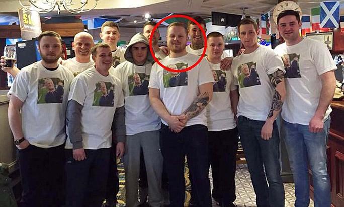 Anh Joshua Mariner (khoanh tròn) và nhóm bạn gây rối trên máy bay. Ảnh: Daily Mail